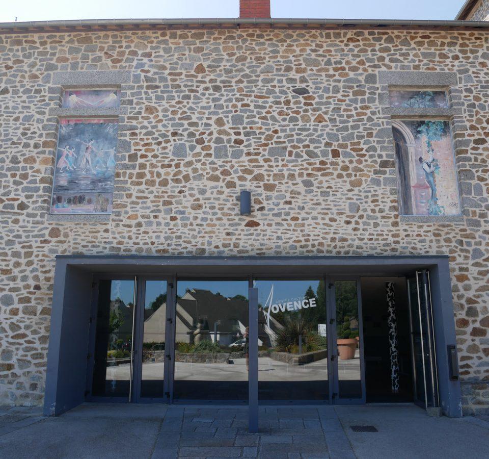 Salle associative et entrée du théâtre de Jovence